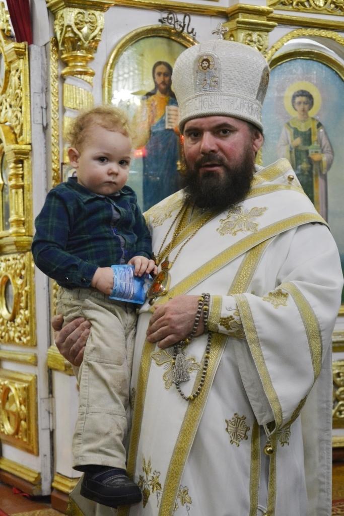 Епископ Балашовский и Ртищевский Тарасий с подопечным Кризисного центра