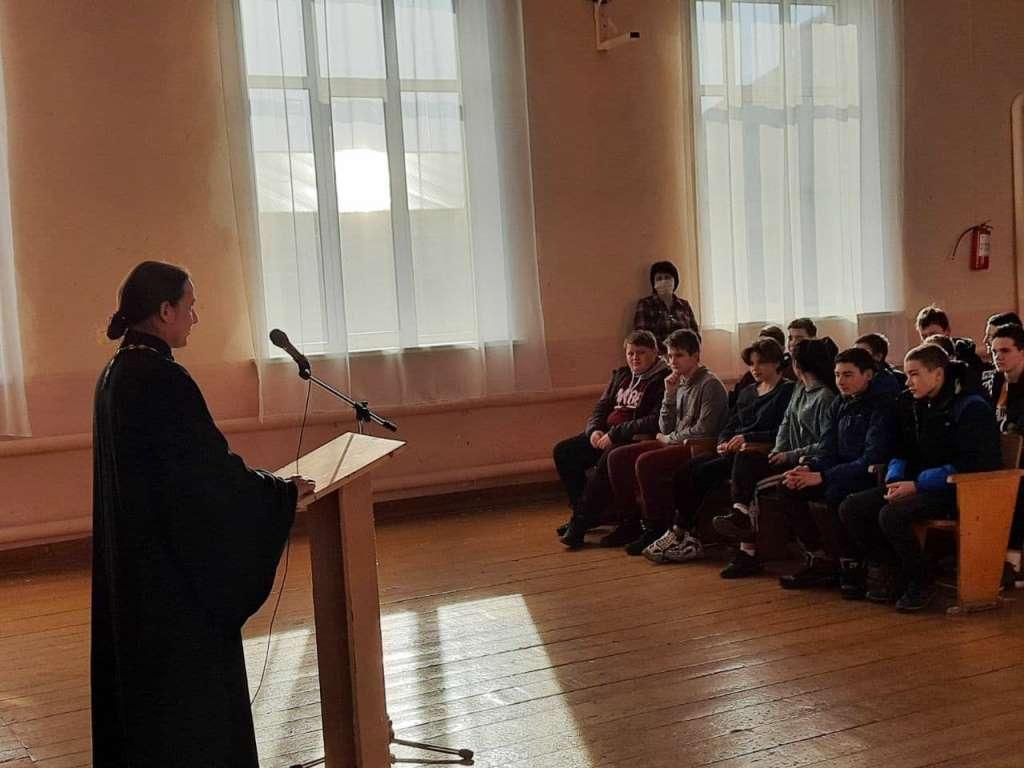 Руководитель социального отдела епархии провел встречу с учащимися
