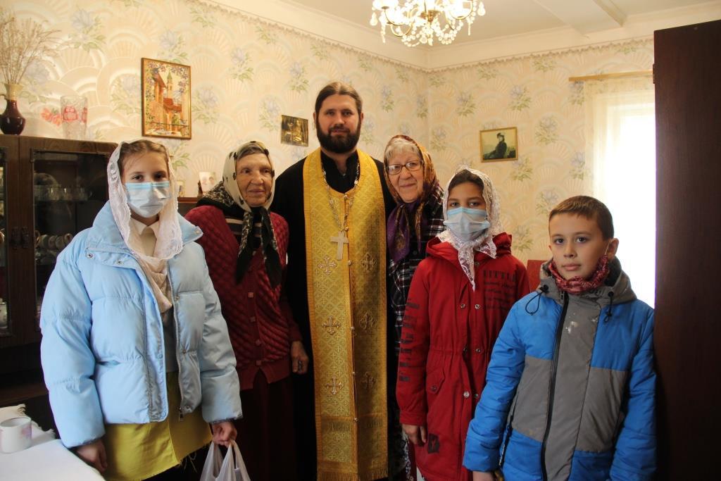 Дети со священником посетили пожилых прихожан